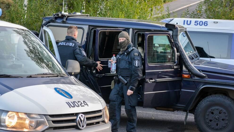 Poliser på plats vid ett daghem i Estbacka, den förort utanför Borgå där en omfattande polisinsats genomfördes under natten mot söndag.