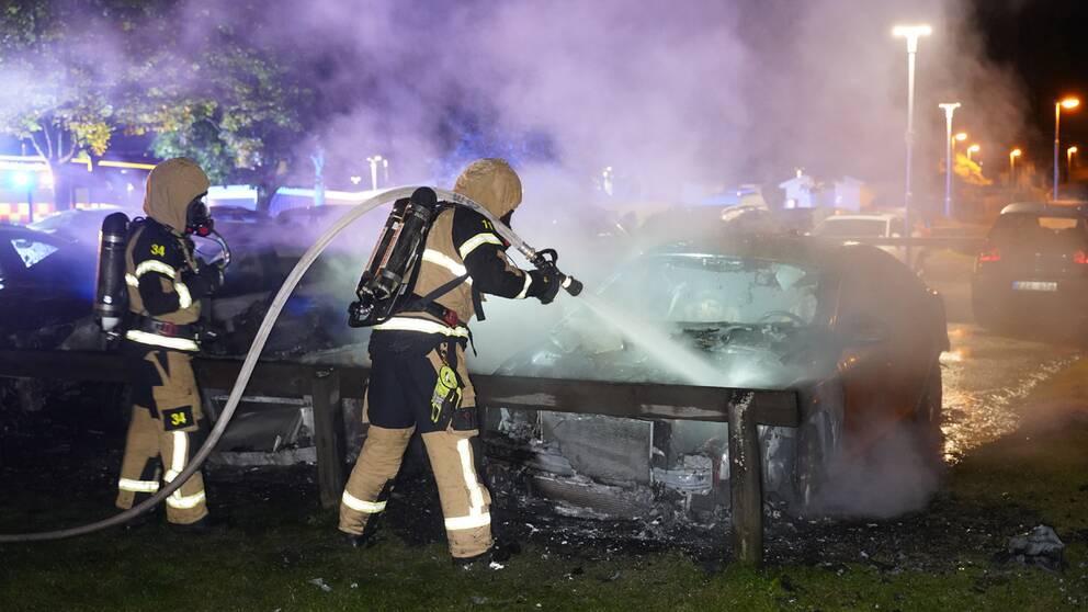 Tre bilar brann på en parkeringsplats i Växjö.