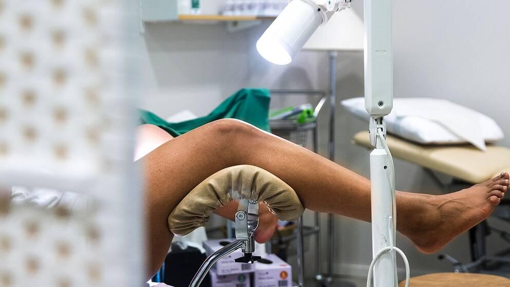 Kvinna undersöks av gynekolog, cellprov för livmoderhalscancer.