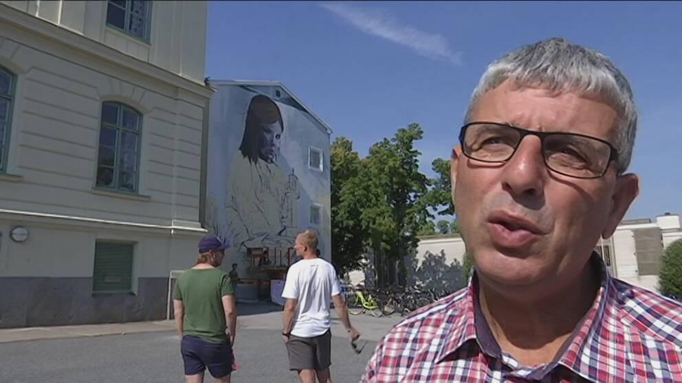 Agim Morina är modersmålslärare på Ellen Key-skolan och har sett Lula Goces mural växa fram under veckan. Han tycker den passar perfekt på skolan.