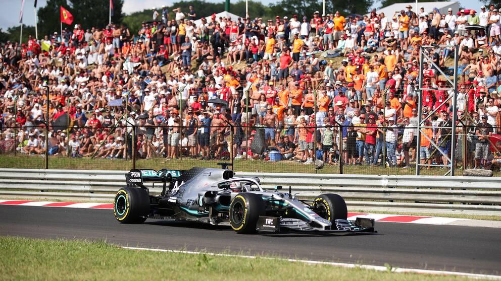 Lewis Hamilton kan få köra rekordmånga lopp nästa år.