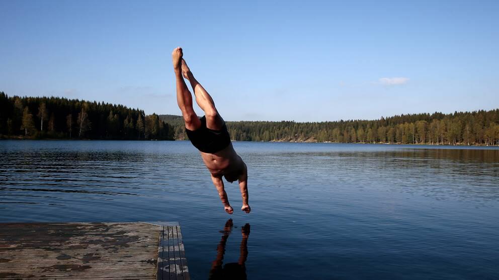 Drömmen om dyk från egen brygga slutar inte alltid som man tänkt sig. Mannen på bilden har inget med artikeln att göra.