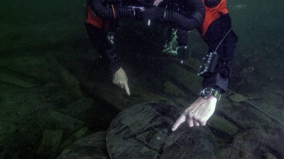 Dykare vid ett antal tunnor med hål för tappning – något som kan tyda på att resterna efter danskt öl har påträffats.