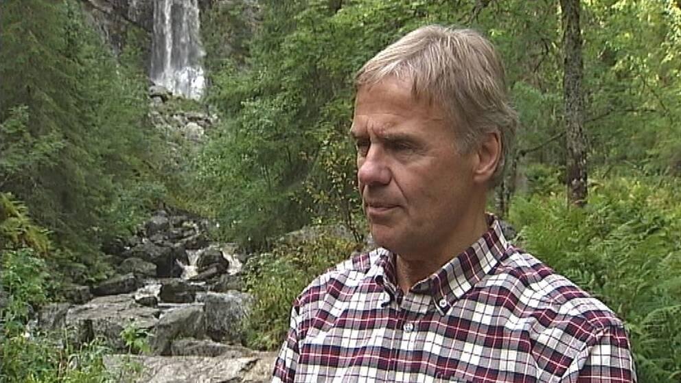 Bild på Torgny Svensson framför Fettjeåfallet i Klövsjö