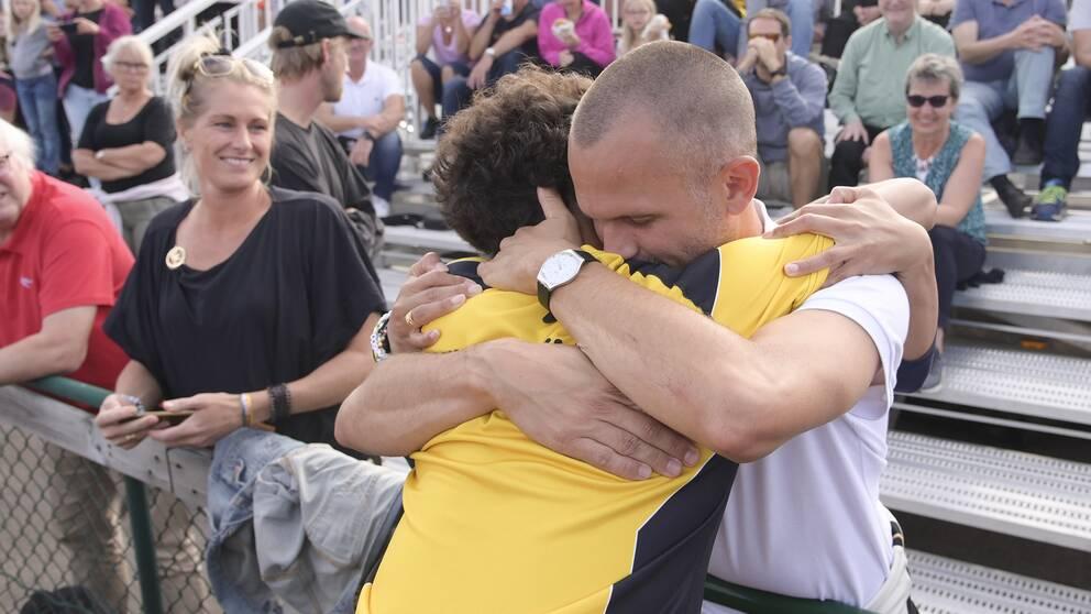 Melwin Lycke Holm och Stefan Holm efter att 14-åringen säkrat en SM-medalj.