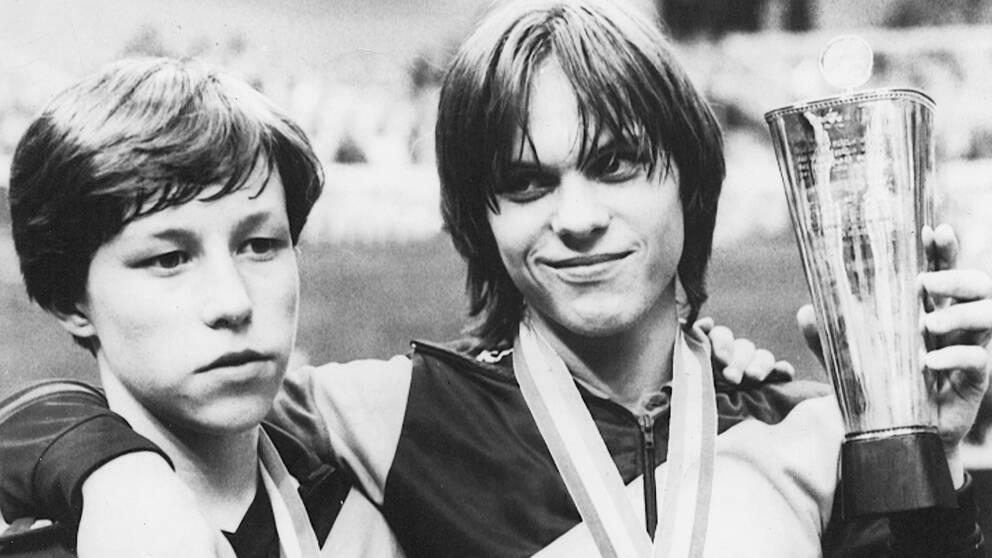 Jan-Ove Waldner och Mikael Appelgren efter EM-finalen 1982.
