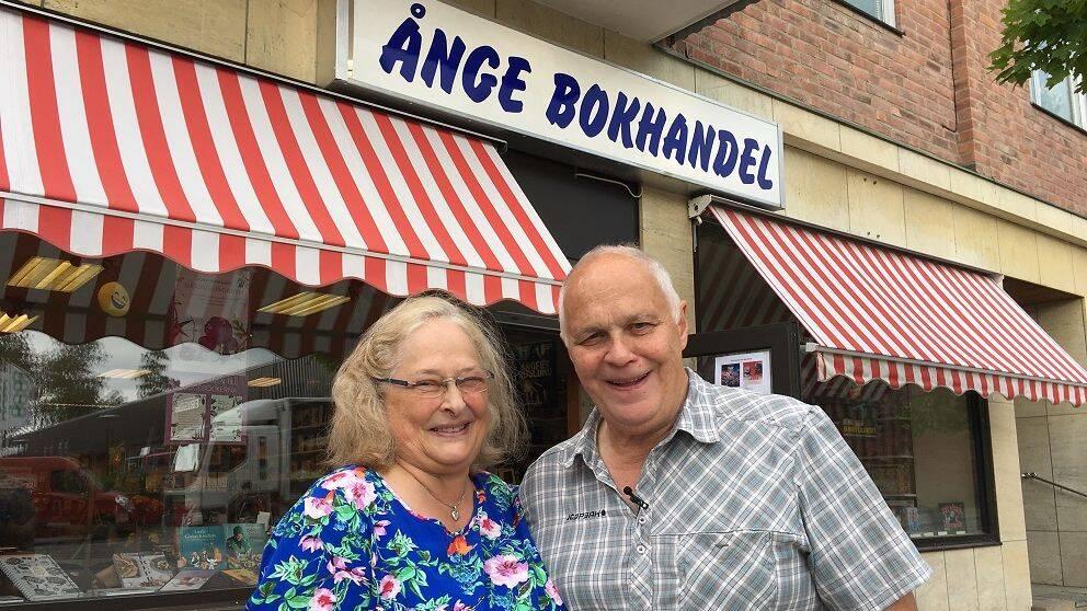 Inger och Bengt Wiklund står framför sin bokhandel i Ånge.