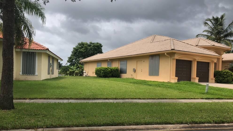 Framför dörrar och fönster har man satt upp luckor för att vara redo om ovädret kommer, berättar Viktoria Riley som bor i West Palm Beach i Florida.