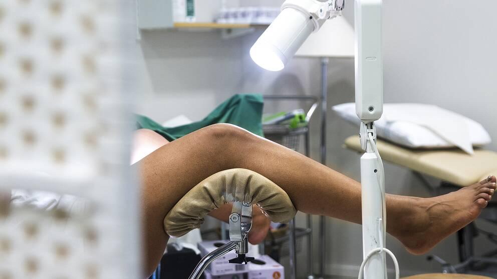 Kvinna i gynekologstol.