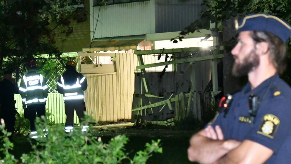 Polisen har spärrat av ett stort område i väntan på bombteknikerna efter explosionen.