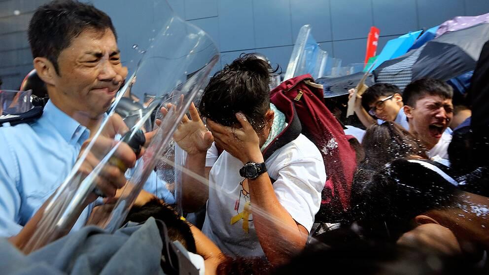 Hongkong protester trots varning