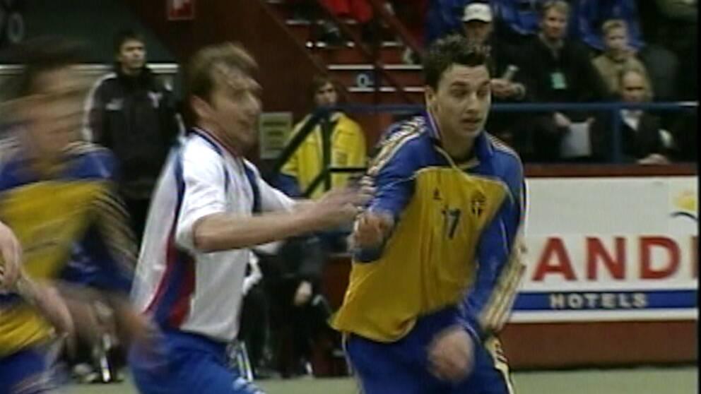Zlatan debuterar i A-landslaget 2001 mot Färöarna.