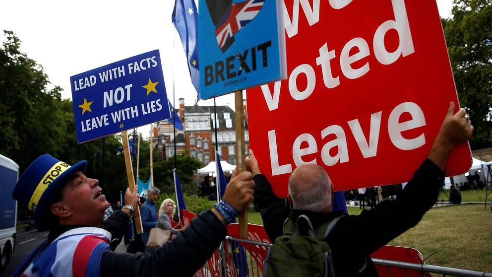 Personer som håller plakat för och emot brexit utanför brittiska parlamentet.