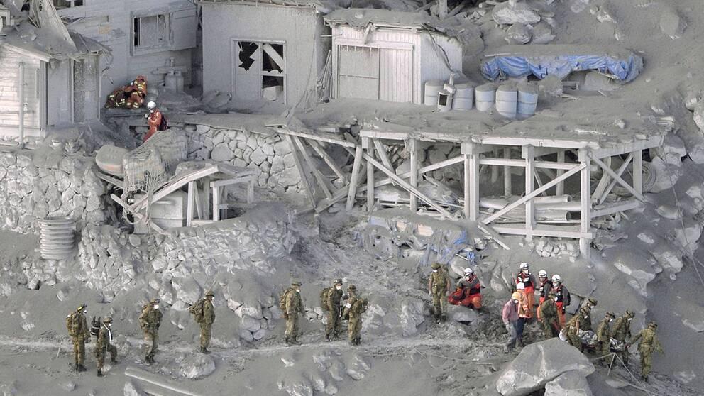 Brandmän och medlemmar ur Japans självförsvarsstyrkor deltar i en stor räddningsinsats efter vulkanutbrottet på Ontake. På söndagsmorgonen kom uppgifter om att man hittat minst 30 personer som befaras döda.