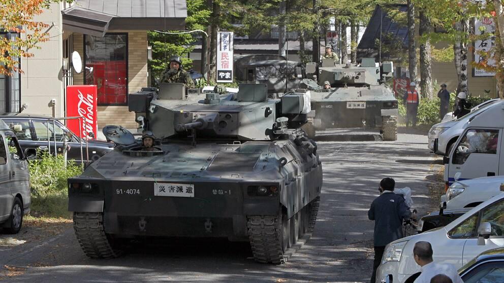 Två stridsvagnar har anlänt till området kring vulkanen Ontake för att hjälpa till i sökandet efter de som fortfarande saknas efter utbrottet.
