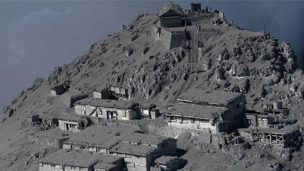 Flera fjällstugor och ett tempel på toppen av Ontake är helt täckta av vulkanisk aska efter lördagens utbrott.