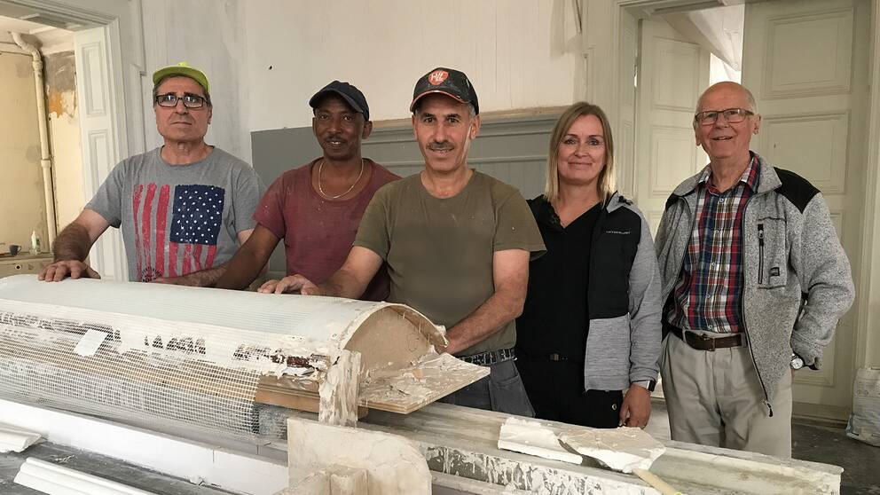 Mahmoud Hamed, Merhawi Ghirmay och Mustafa Aldabbas tillsammans med Cecilia Meijer och Bo Fredriksson från företaget Emprender framför gipsformar
