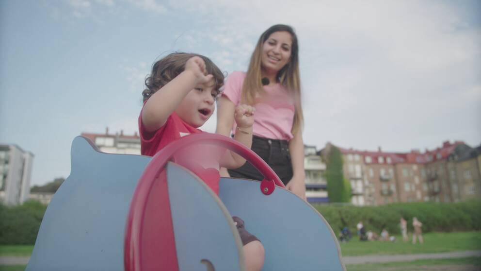 Cassandra Salehs med barn i lekpark