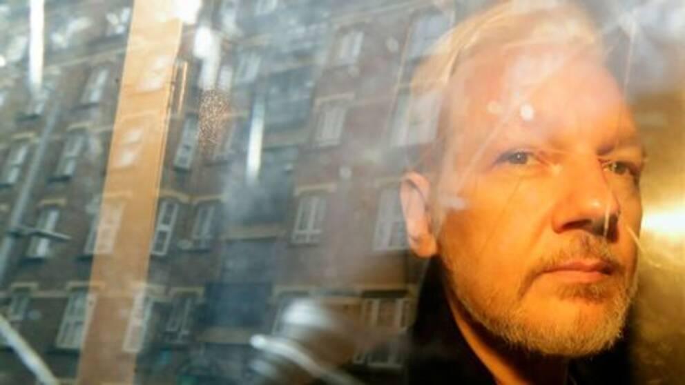 Wikileaks grundare Julian Assange i ett fordon efter en rättegång i London.
