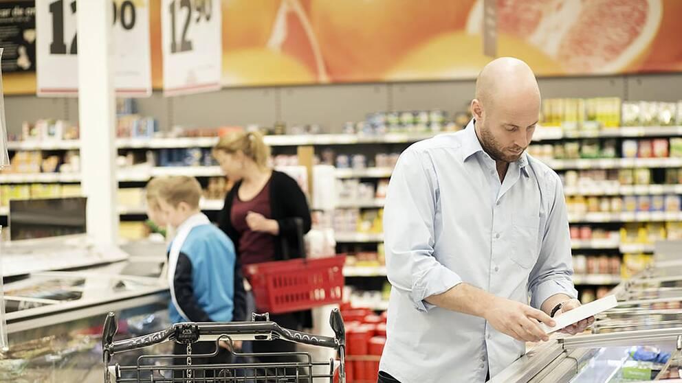Flera personer handlar mat i en matvarubutik.