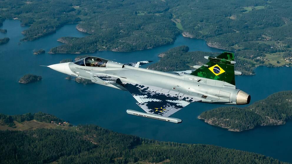 bild på det första brasilianska Saab Gripen E i luften