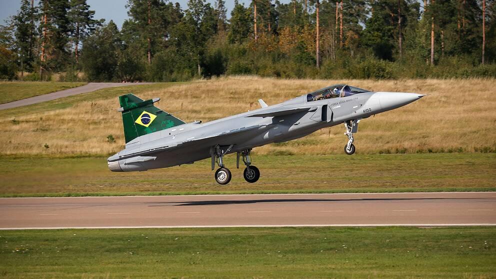 bild på det första brasilianska Saab Gripen E när det landar