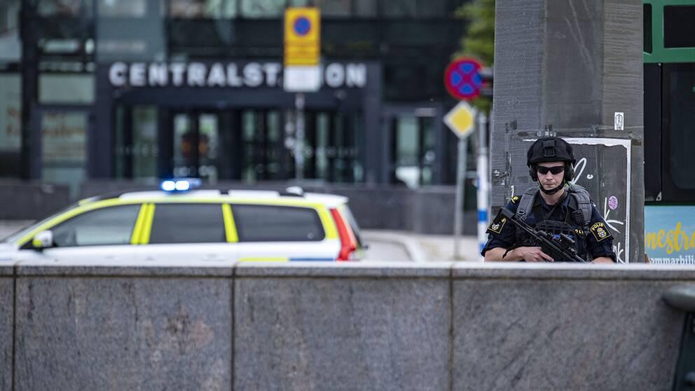 MALMÖ 2019-06-10 Polis med förstärkningsvapen av typen MP-5 patrullerar utanför Malmö C efter att polis skjutit en man som uppträtt hotfullt. Byggnaden fick i samband med ingripandet utrymmas på grund av larm om ett misstänkt föremål.