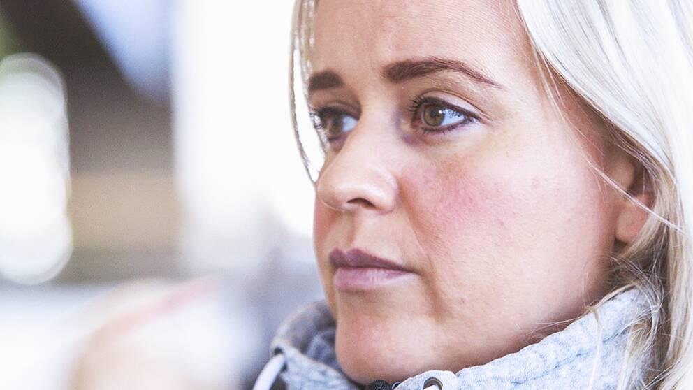 Den skadliga stressen har blivit ett växande samhällsproblem. Det är de unga?kvinnorna som står för den största ökningen. Varför är det så? Möt Emma och Linda, vars liv vänts upp och ner på grund av stressen.