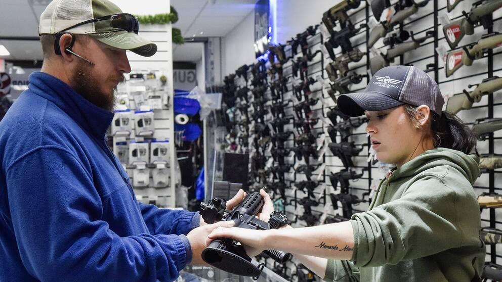 Ett automatvapen inspekteras i en vapenaffär i den amerikanska delstaten Texas