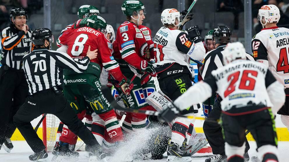 Stökigt efter avblåsning i Frölundas målvakt Johan Gustafssons målområde under ishockeymatchen i SHL mellan Frölunda och Malmö Redhawks 26 februari 2019 i Göteborg.