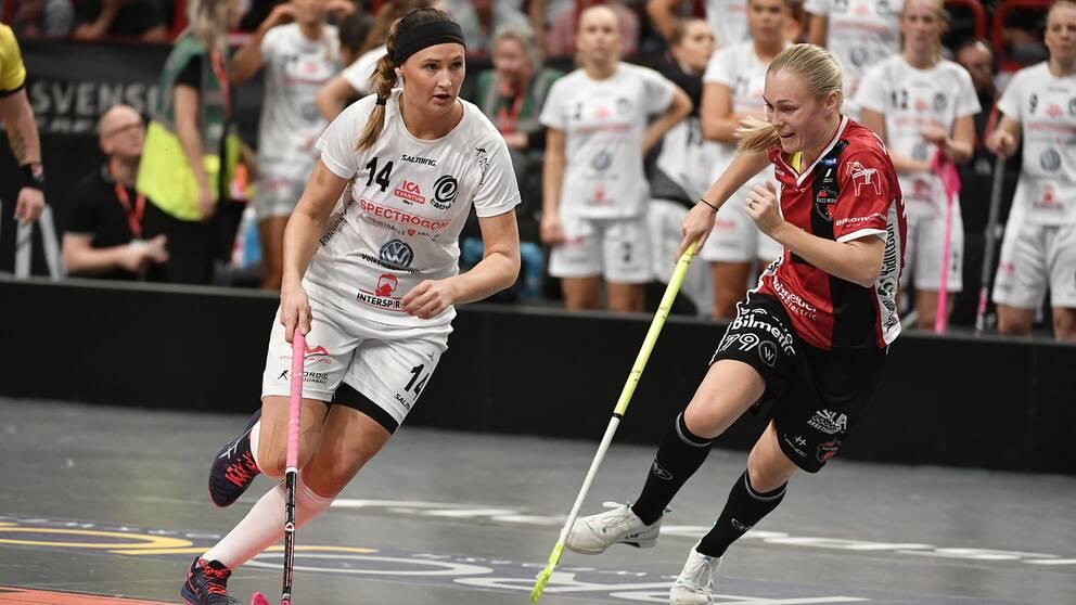 Täbys Moa Tschöp och Kais Moras Malin Alkelöw under SM-finalen i våras.