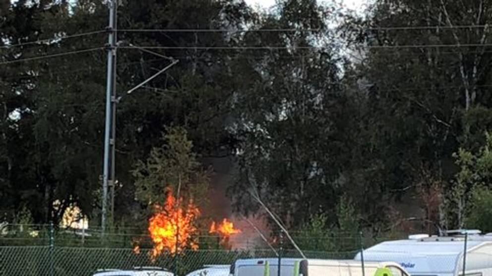 Det brinner just nu i en mindre byggnad på Lillhagsvägen på Hisingen i Göteborg. Räddningstjänsten är på plats med flera enheter och arbetar med att släcka branden. – Det är en barack som brinner, säger Johan Karlsson på räddningstjänsten.