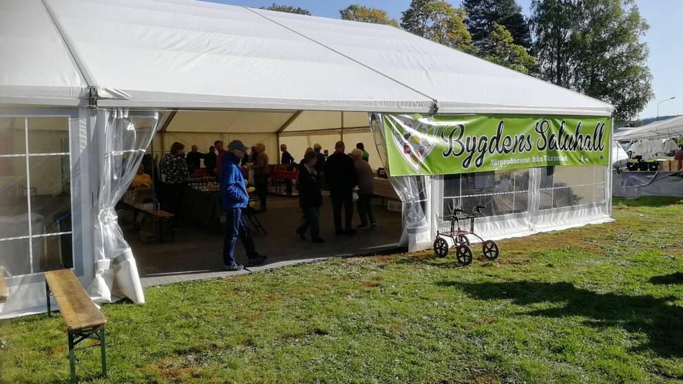 Ett tält med texten Bygdens saluhall med lokalproducerade varor på Torsby marknad