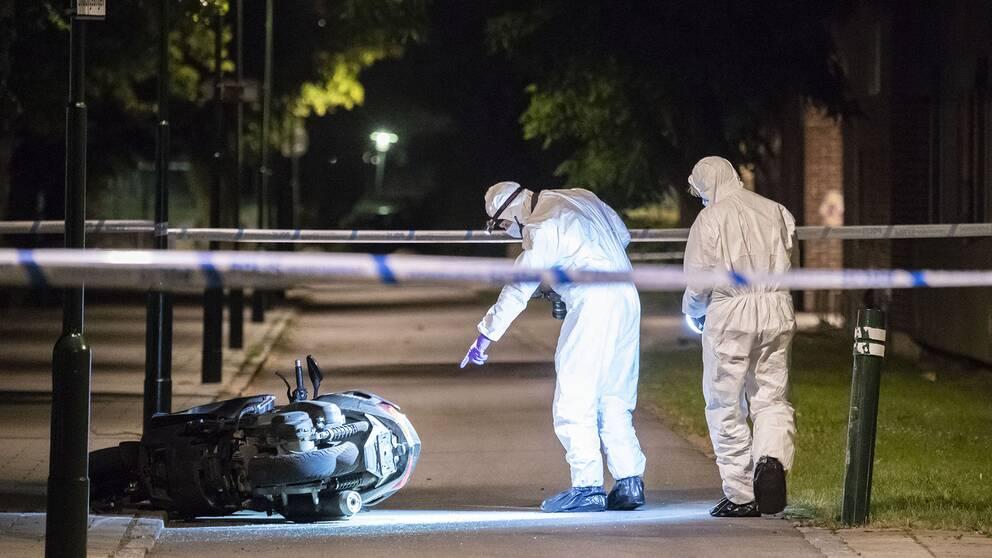 I juli frikände Malmö tingsrätt den 20-åriga man som stod åtalad för ett mordet på en 24-årig man i stadsdelen Lindängen i Malmö. Bilden är tagen i juni förra året då den motorcykel som användes vid dödsskjutningen hittades i närheten av brottsplatsen.