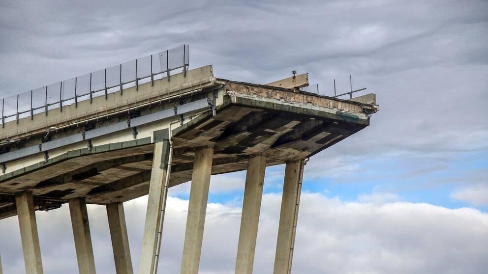 14 augusti 2018 rasade en 200 meter lång sektion av Morandibron i Genua i Italien. 43 människor dog