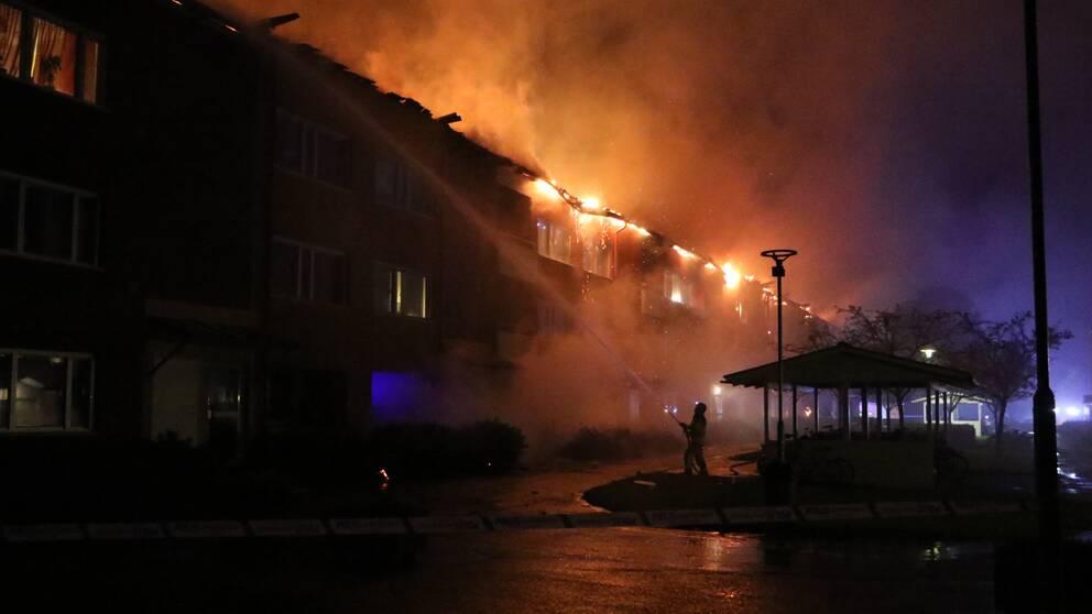 En kraftig brand har brutit ut i ett flerbostadshus i Enköping. Hela huset, med ett trettiotal lägenheter, utryms av polisen under natten mot lördagen.
