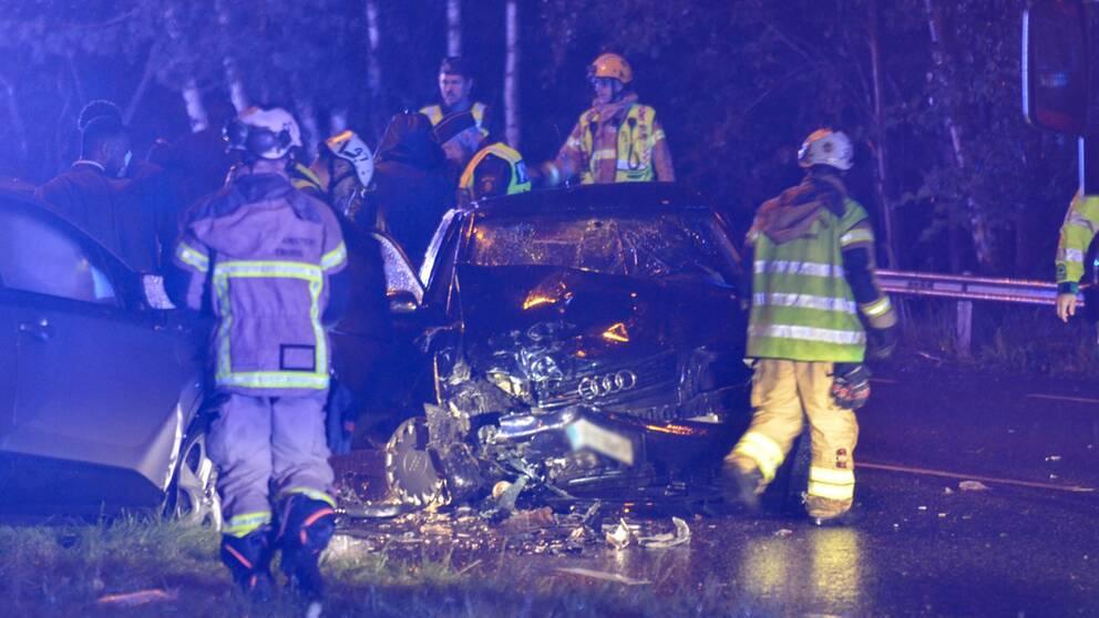 Bilarna bärgades från platsen efter olyckan på Bergsjövägen i Göteborg. Minst två personer har tagits till sjukhus.