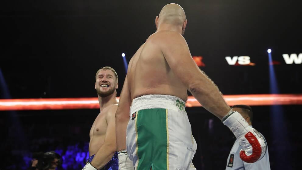 Wallin och Fury kastade en lång blick efter varandra efter den första ronden.