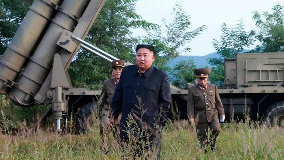 Nordkoreas diktator Kim Jong-Un vid en mobil avfyringsramp. Positionen är okänd och bilden distribuerades av den statliga nyhetsbyrå KCNA den 10 september 2019.