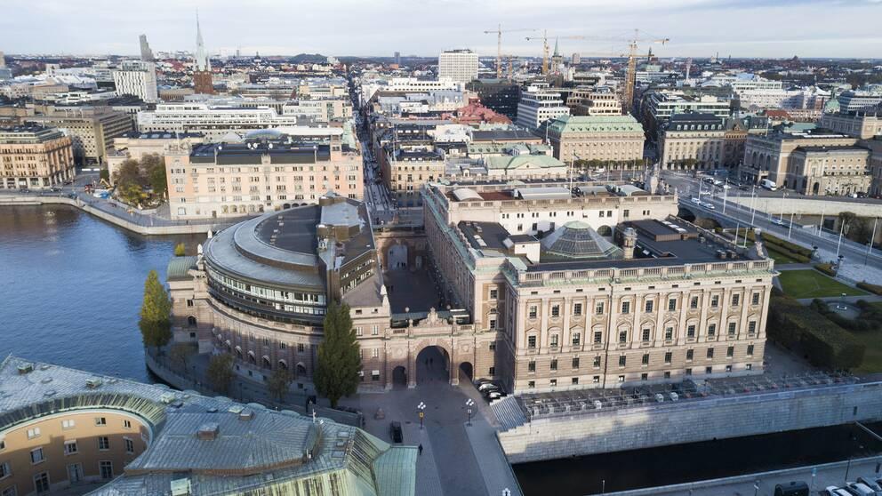 Flygbild över riksdagshuset på Helgeandsholmen i Stockholm.