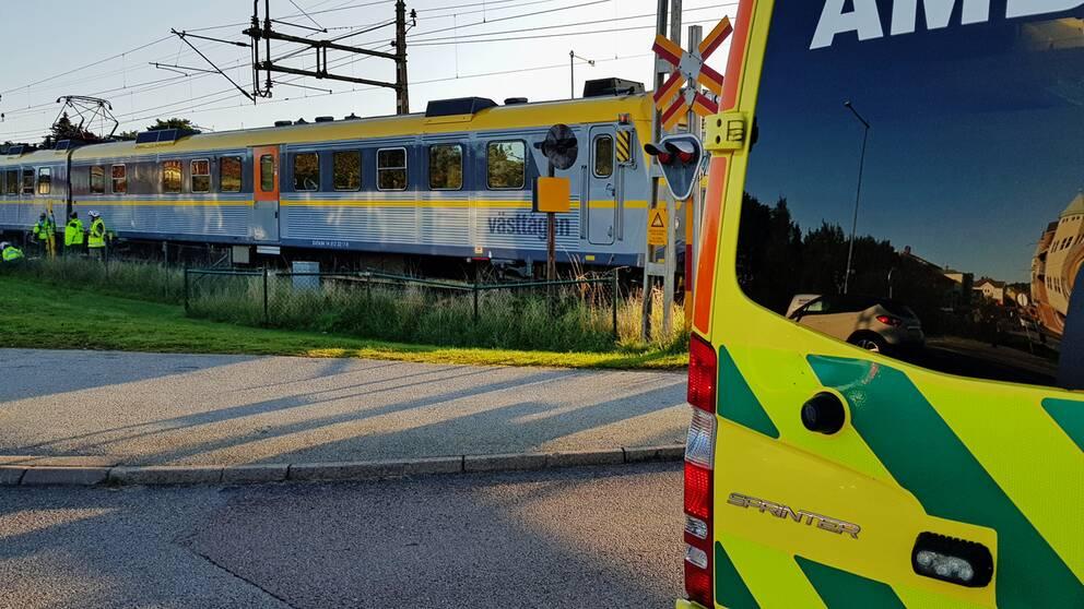På onsdagsmorgonen larmades räddningstjänsten till stationen i Stenungsund. Enligt ett larm har en person blivit påkörd av ett tåg.