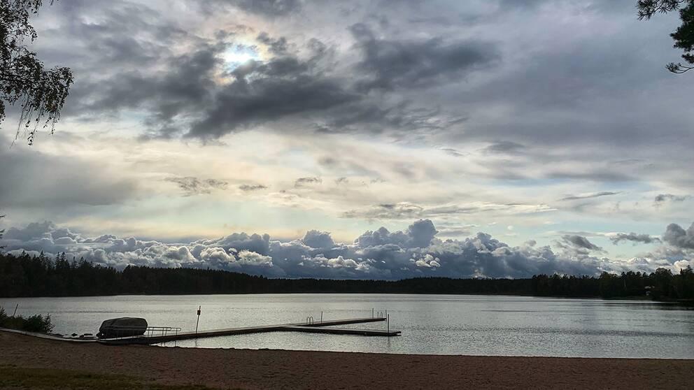 17 Sep 2019 vid 16-tiden. Furusjö, Habo kommun. Några minuter tidigare ösregnade det. Tyckte molnen långt borta såg häftiga ut när solen lyste upp dem.