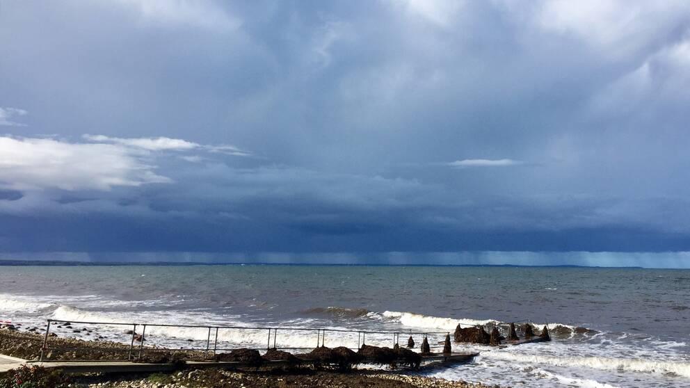 Vinden har avtagit i Viken, vatten nivån är lägre och solen tittar fram. Kvar är sönderblåsta bryggor med mycket tång och fortfarande regn på andra sidan Öresund.