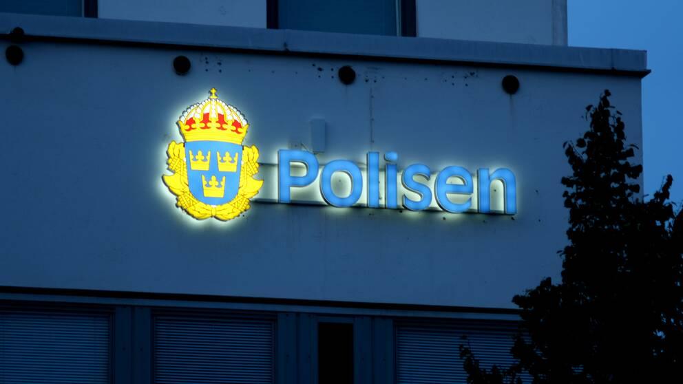 Polishuset Örebro, exteriör skylt
