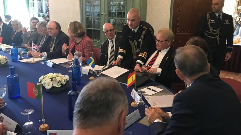 Försvarsminister Peter Hultqvist skriver på avtalet om försvarssamarbete