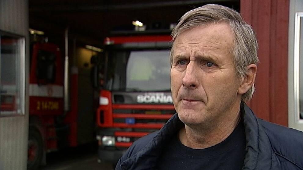 Intervjubild på Håkan Karlsson, deltidsbrandman i Hallen, Åre kommun, framför en av brandbilarna på stationen