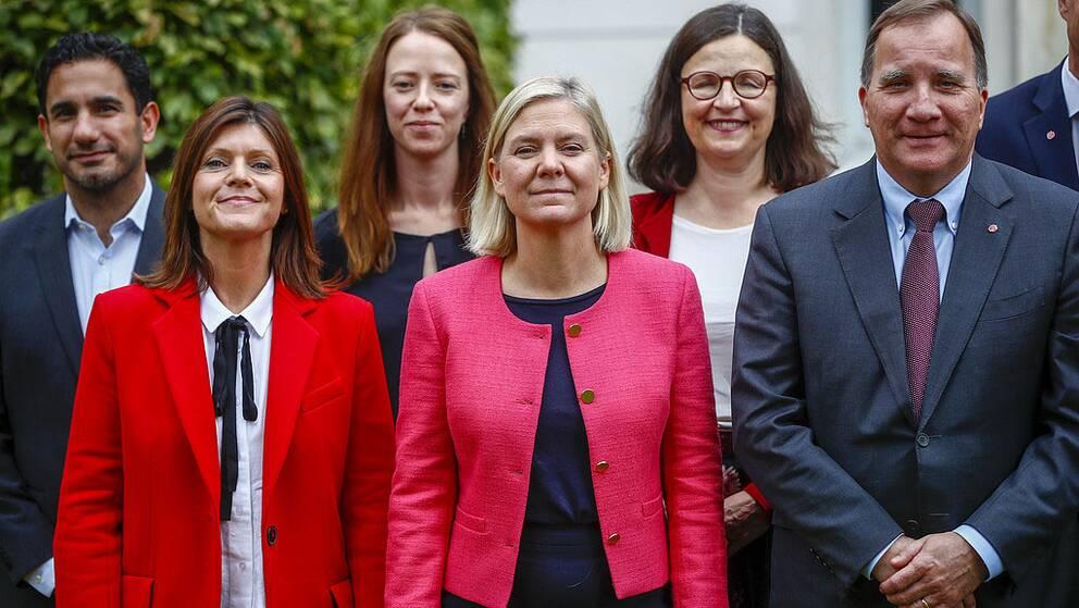 Ministrarna Ardalan Shekarabi, Eva Nordmark, Åsa Lindhagen, Magdalena Andersson, Anna Ekström och Stefan Löfvenutanför länsresidenset i Jönköping.