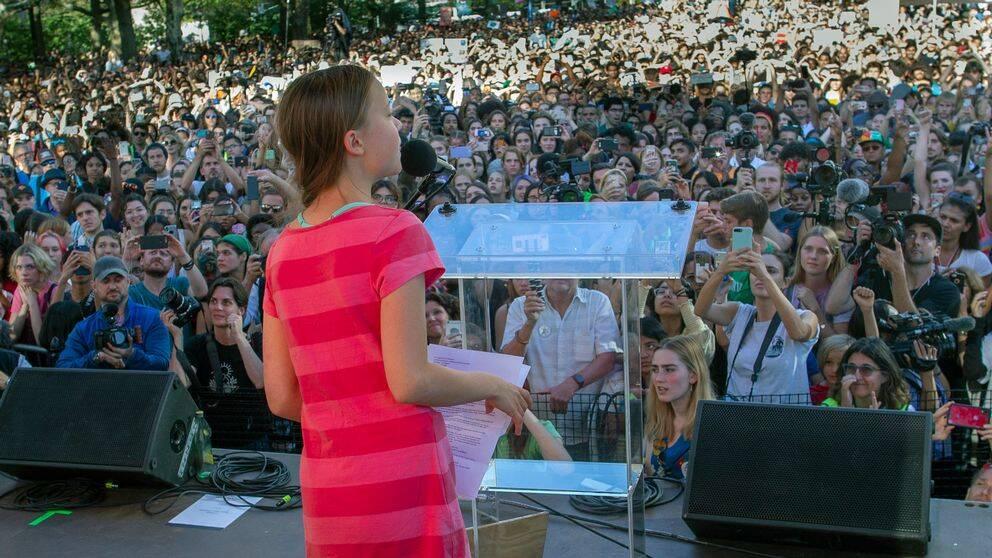 Greta Thunberg framför en folkmassa.