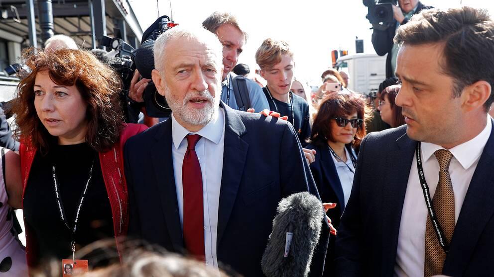 Labour-ledaren Jeremy Corbyn anländer till partiets kongress i Brighton.
