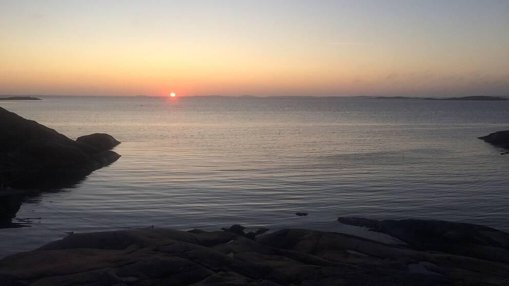 Molnfri solnedgång i Kullavik söder om Göteborg 21 september.